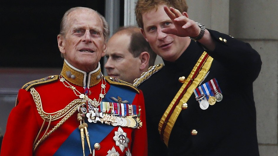 Prinz Harry (rechts) mit seinem Großvater Prinz Philip während einer Militärparade 2014 auf dem Balkon des Buckingham Palace