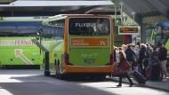 Ein Fahrzeug der Firma Flixbus in Berlin. Dort waren Reisende aus Nordrhein-Westfalen am Sonntag erst nach einer stundenlangen Odyssee gelandet.