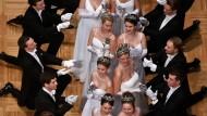 Kristallisationspunkt der Wiener bürgerlichen Gesellschaft: Das Jungdamen- und Jungherrenkomitee am Donnerstag bei der Eröffnung des Opernballes in der Staatsoper Wien