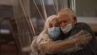 Nach vier Monaten Kontaktsperre: Dolores Reyes Fernández umarmte ihren Vater José Reyes Lozano vergangene Woche in einem Altenheim in Barcelona.