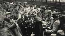 """Weihnachtsgrüße aus der Heimat: Deutsche Soldaten packen die """"Liebesgaben"""" von Kaiser und Vaterland aus. Das Bild stammt von der Ostfront, wo es im Dezember 1914 vergleichsweise ruhig zuging."""