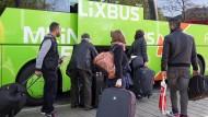Fahrgäste laden in Hamburg ihr Gepäck in einen Bus des Unternehmens, das derzeit negative Schlagzeilen macht  (Archivbild).