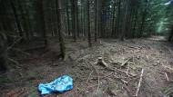 Ein Kunststoff-Sack,  in dem auch Skelettteile von Peggy gefunden worden waren, liegt im Juli 2016 in einem Waldstück nahe des thüringischen Rodacherbrunn. Nach dem Fund von DNA von Uwe Böhnhardt am Fundort der Knochen liegen nun die Ermittlungsergebnisse vor.