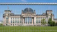 Chinesen posieren mit Hitlergruß vor dem Reichstag