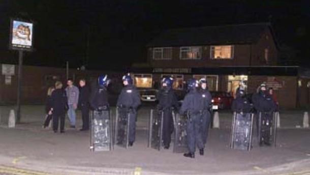 Erneut nächtliche Straßenschlachten im britischen Oldham