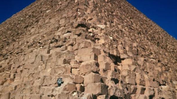 Mini-Kamera untersucht Cheops-Pyramide