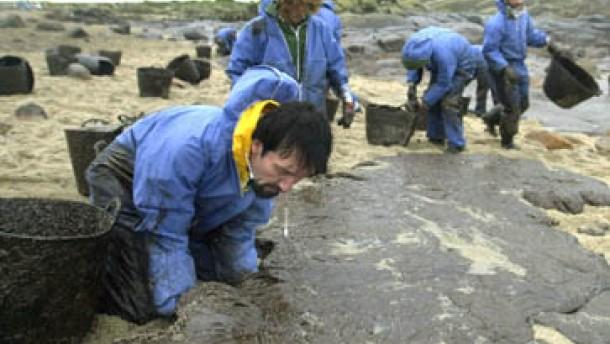 Ölfluten ohne Ende - Prestige-Wrack löchriger als bisher angenommen