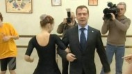 Der russische Präsident Dmitri Medwedew gab sich bei einem Schulbesuch extrem locker