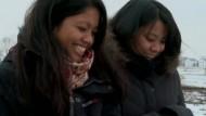 Nachdem Lin Backman und Emelie Falk 28 Jahre von einander getrennt waren, finden die gebürtigen Indonesierinnen heraus, dass sie Zwillinge sind. Es kommt noch besser: Die beiden wuchsen nur wenige Kilometer von einander entfernt in Südschweden auf.