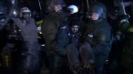 In Stuttgart hat die Polizei in der Nacht zum Mittwoch mit der Räumung des Schlossgartens für das Bahnprojekt Stuttgart 21 begonnen.