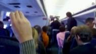 Schrecken im Flieger: Ein Flugbegleiterin von American Airlines hat Passagiere am Flughafen in Dallas beunruhigt, als sie über Bordlautsprecher von einem drohenden Absturz sprach.
