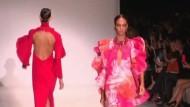 Gucci eröffnet die Mailänder Modewoche mit knalligen Farben und eleganten Silhouetten.
