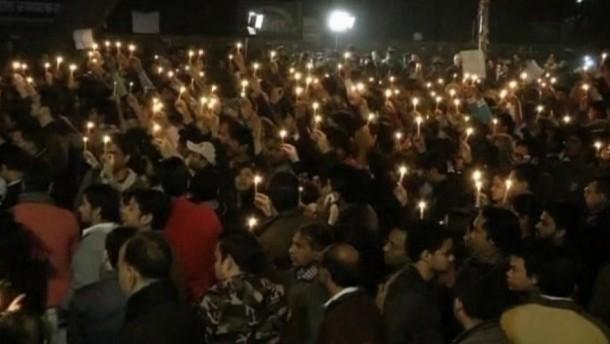 Am Sonntag wurde die Leiche der von mehreren Männern vergewaltigten Inderin in Neu Delhi eingeäschert. In der indischen Hauptstadt gedachten zahlreiche Menschen der jungen Frau.