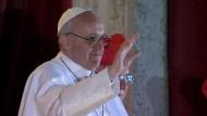 Franziskus I. betet für seinen Vorgänger und bittet die Katholiken um gegenseitiges Vertrauen und Brüderlichkeit