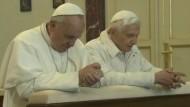 Das gab es seit mindestens 600 Jahren nicht mehr: Ein amtierender Papst besucht seinen Amtsvorgänger.