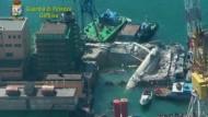 Luftaufnahmen vom zerstörten Gebäude im Hafen von Genua