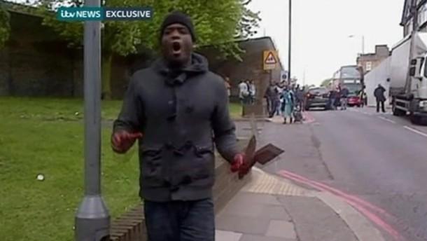 Nach einem tödlichen Angriff auf einen Mann zeigt in Amateurvideo aus London eine Person mit blutigen Händen.