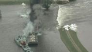Mit einer Sprengung haben Bundeswehrkräfte am Samstag einen Deichdurchbruch an der Elbe geflickt.
