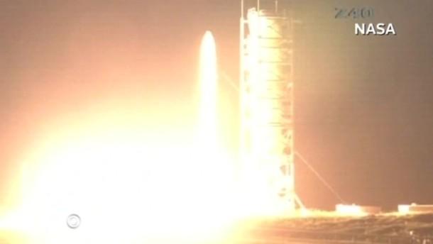 Mit der Mission sollen Gase und Staub des Erdtrabanten analysiert werden.