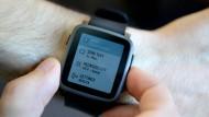 Immer öfter geht die beliebte Smartwatch über die Theke. Doch was wird aus den guten alten Armbanduhren?
