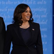 Hosenanzug, T-Shirt, Perlenkette: Kamala Harris mit ihrem Ehemann Douglas Emhoff bei der Fernsehdebatte der Vizekandidaten am 7. Oktober in Utah
