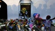 Blumen und Kerzen liegen im Sommer 2015 vor der Kirche, in der der Attentäter neun Menschen getötet hatte. Er wurde inzwischen schuldig gesprochen, sein Strafmaß steht noch aus.