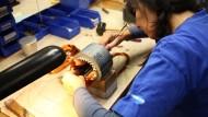 Hunderte Kupferdrähte muss Birgit Körner in die winzigen Löcher eines hohlen Metallzylinders stecken.