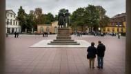 Einen Senioren-Paar betrachtet das Standbild von Goethe und Schiller in Weimar