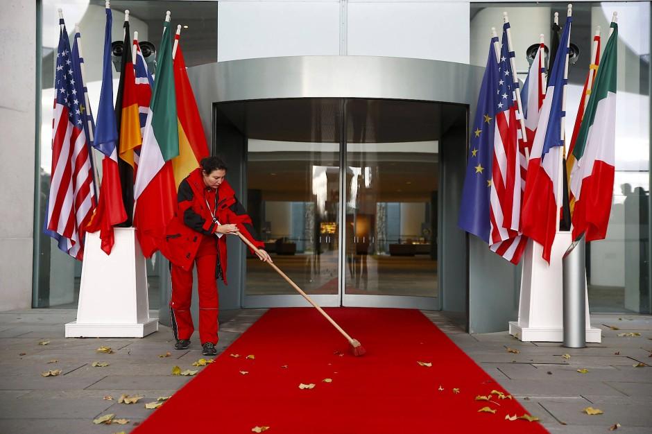 Weniger locker ging es vor dem Kanzleramt zu: Dort wurde vor Obamas Ankunft am Freitag der rote Teppich gekehrt.