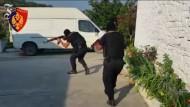 Albanische Polizei beschlagnahmt 15 Tonnen Marihuana und Waffen