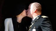 Ausnahmsweise mal kein Fremdküssen: Fürst Albert II. und seine Ehefrau Charlène