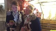 Viele Mainzer konnten die Nachricht kaum glauben, so auch diese zwei Frauen der Mainzer Ranzengarde.