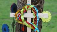 Ein Kreuz vor einem Baum am Straßenrand bei Leuterschach erinnert an ein Unfallopfer (Archivbild). Die Zahl der Verkehrstoten ist auch 206 wieder gesunken.