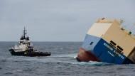 Letzter Abschleppversuch für umgekippten Frachter