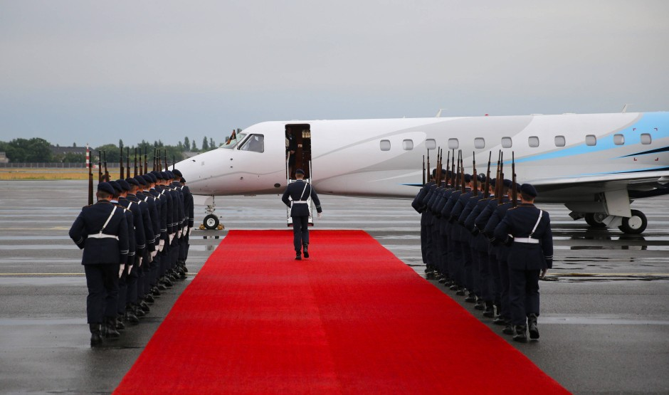 Ehrenspalier für die Queen: Soldaten des Wachbataillons der Bundeswehr nehmen ihre Position bei der Ankunft des Jets der britischen Königin ein.