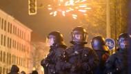 Zum Schutz der anderen: Von Großeinsätzen kommen Beamte oft mit zahlreichen Blessuren zurück. Hier sichern Polizisten die Silvesterfeierlichkeiten im Leipziger Stadtteil Connewitz 2013.