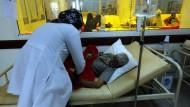 """""""Eine menschengemachte Katastrophe"""": In einem Krankenhaus in der Hauptstadt Sanaa wird ein Cholera-Patient behandelt."""