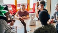In der Schule dran bleiben, mit den Mitschülern reden - Roboter Avatar hilft dabei.
