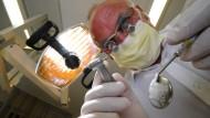 Ohne Pardon: Die Anspannung, während sich der Bohrerkopf laut surrend und unerbittlich tief in den Zahnschmelz fräst, vergisst man nie.