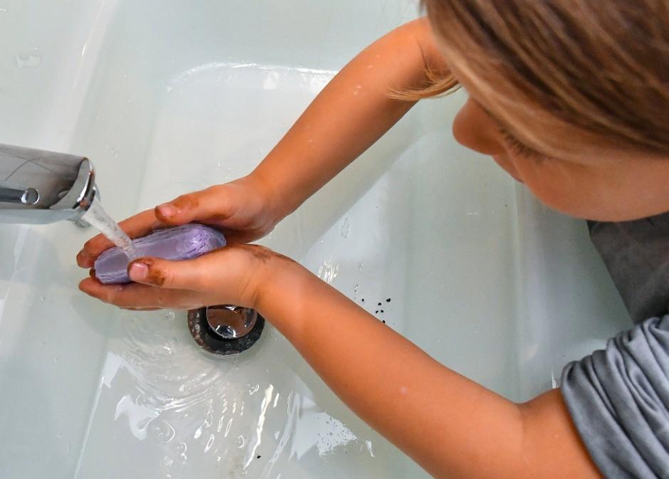 Ob kaltes oder warmes Wasser, ist egal, denn viele Keime erwischt man tatsächlich erst ab 60 Grad.