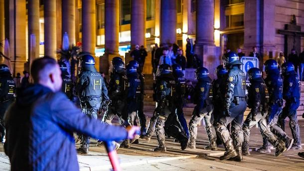 Mehrere Polizisten bei Unruhen am Wochenende verletzt