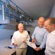 """Im Austausch: Dieter Kaufhold, Ralph Auth und Michael Dechert (von links) in ihrem """"coronafreien"""" Büro."""