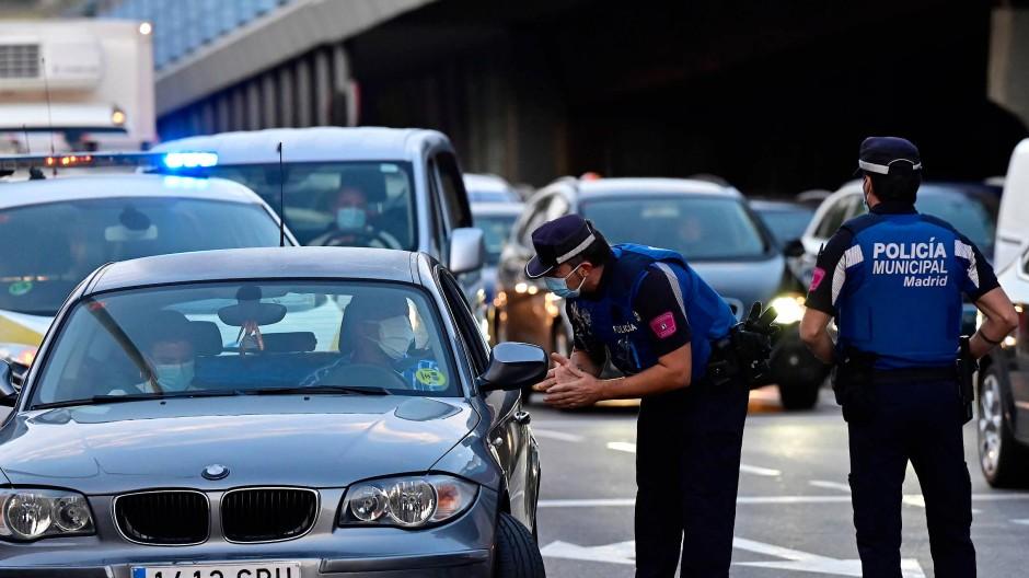 Spanische Polizisten kontrollieren am 21. September den Verkehr im Bezirk Puente de Vallecas in Madrid.