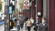 Passanten an der Haltestelle Waterloo in London: Auch im Außenbereich tragen die meisten ihren Mund-Nasen-Schutz.