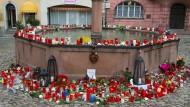 Kerzen und Gedenkbriefe nach dem Mord an der 27 Jahre alten Joggerin in Endingen am Stadtbrunnen