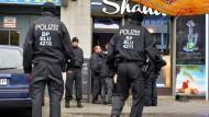 Beamte der Bundespolizei und des Zoll sind am Dienstagmorgen im Rahmen der Großrazzia in Berlin-Charlottenburg im Einsatz.