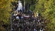 """Bei der gut besuchten Beerdigung von Vyacheslav Ivankov, einem der großen Mafia-Bosse Russlands, dürften auch viele Kriminelle unter den Gästen gewesen sein. Galeotti schätzt die Mitglieder der russischen Mafia in seinen Gesprächen als relativ sorglos ein: """" Sie hatten keine Angst."""""""