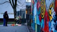 """""""Du hast so laut und hilflos geschrien"""": Gedenkstätte für den vierzehjährigen Leon H. vor dem Schultor der Käthe-Kollwitz-Gesamtschule in Lünen"""