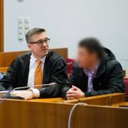 Prozessauftakt in Bonn: Der 21 Jahre alte Hauptangeklagte Walid S. (2.v.l.) und sein gleichaltriger mutmaßlicher Begleiter Roman W. (r.)