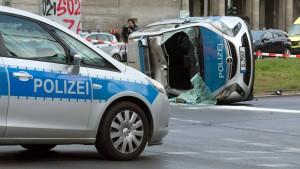 Polizeiauto stößt mit Pkw zusammen – drei Beamte verletzt